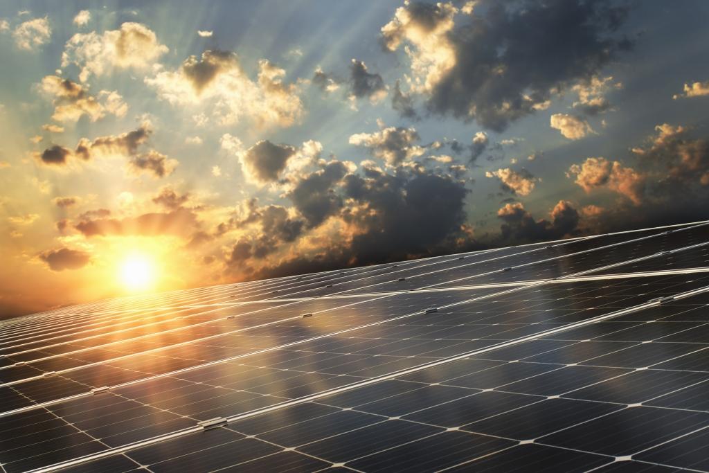 Solnedgång över solceller